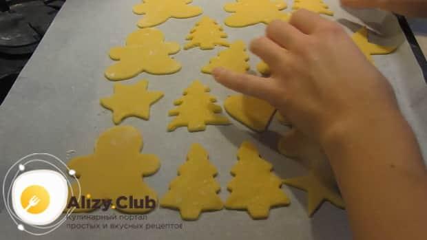 Выложите заготовки на противень для приготовления сахарного печенья