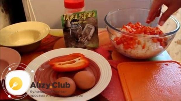В емкости смешиваем мясо, 1-1,5 стакана отваренного риса и сладкий перец