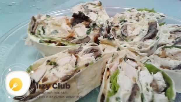 Разрежьте готовый лаваш на небольшие порции