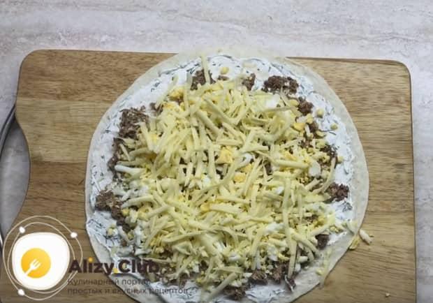 Посыпаем все тертым сыром.
