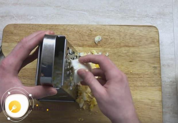 Если хотите приготовить лаваш с консервированным тунцом, он будет отлично сочетать с вареными яйцами.