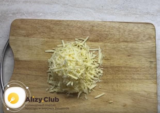 Для приготовления рулета из лаваша с консервированной горбушей используйте качественный твердый сыр.