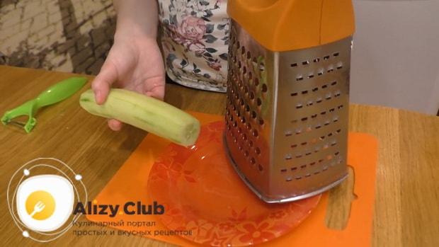 Для приготовления лаваша с корейской морковкой натрите огурец.