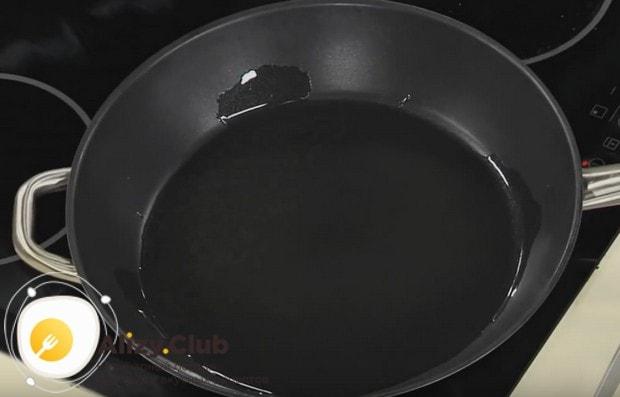 Разогреваем сковороду с растительным маслом.