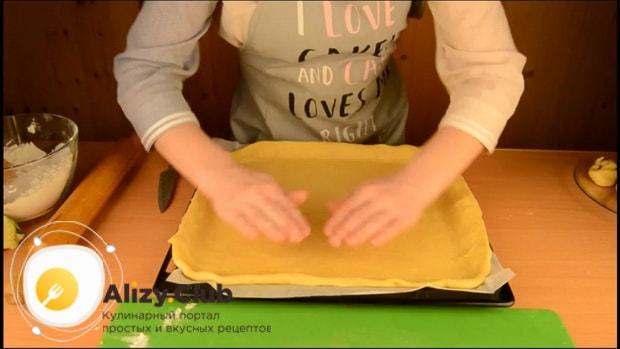 Для приготовления пирога со свежей рыбой, выложите тесто на противень.