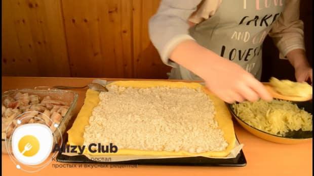 Для приготовления пирога со свежей рыбой, выложите рис на тесто.