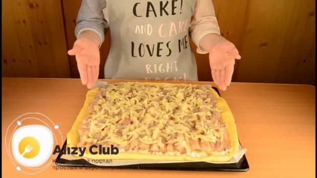 Для приготовления пирога со свежей рыбой, выложите лук на рыбу.