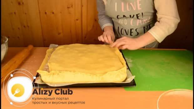 Для приготовления пирога со свежей рыбой, закройте пирог оставшимся тестом.