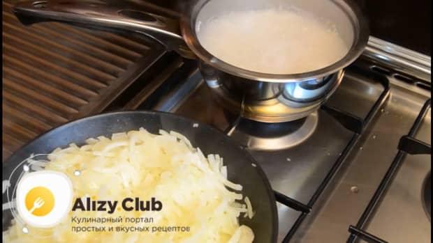 Для приготовления пирога со свежей рыбой, обжарьте рис.