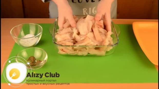 Для приготовления пирога со свежей рыбой, посолите рыбу.