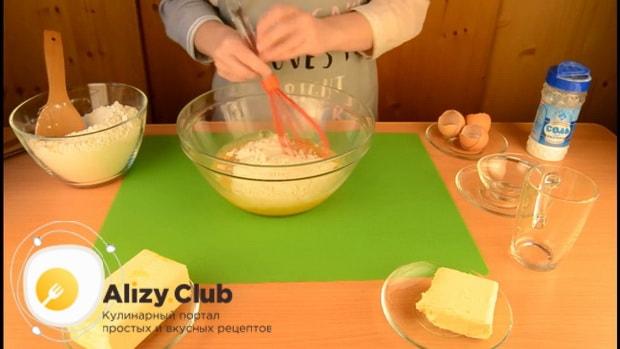 Для приготовления пирога со свежей рыбой, добавьте муку в яичную смесь.