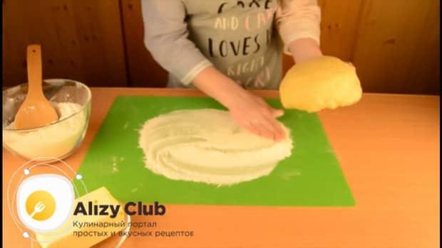 Для приготовления пирога со свежей рыбой, вымесите тесто.