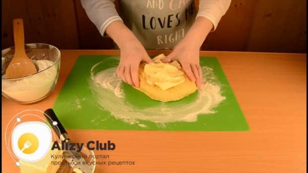 Для приготовления пирога со свежей рыбой, вмесите в тесто маргарин
