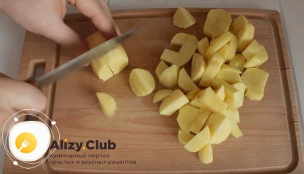 картофель нарезаем на кубики