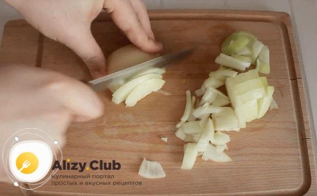 Одну луковицу измельчаем кубиками