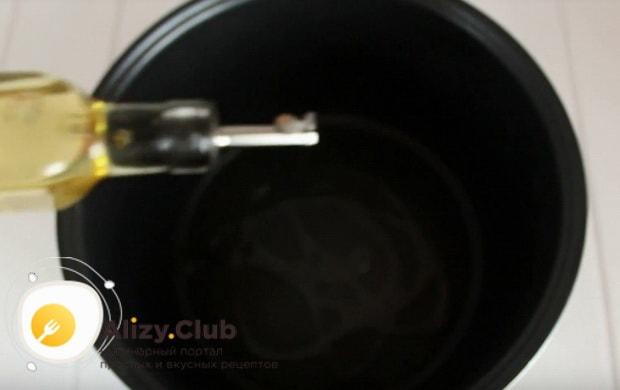 растительное масло добавляем в чашу мультиварки