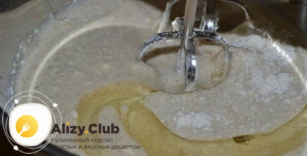 В образовавшуюся массу вливаем 70 миллилитров подсолнечного масла