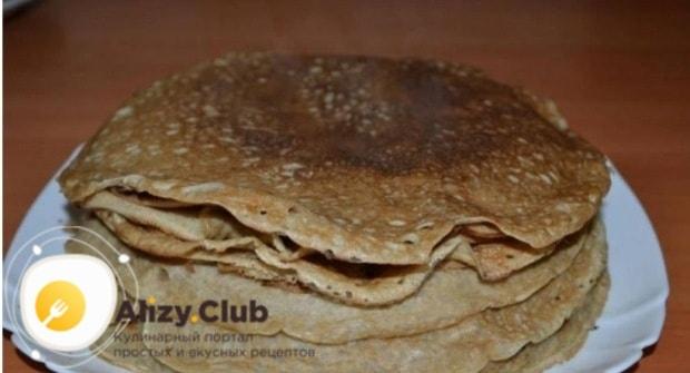 Жарим блины на раскаленной блинной сковороде до готовности