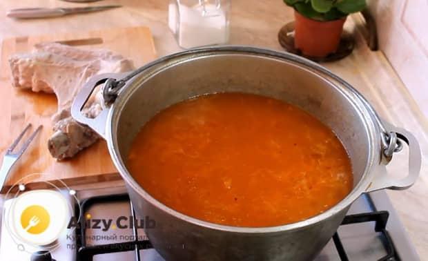 Для приготовления щей из квашенной капусты нарежьте мясо и верните в кастрюлю.