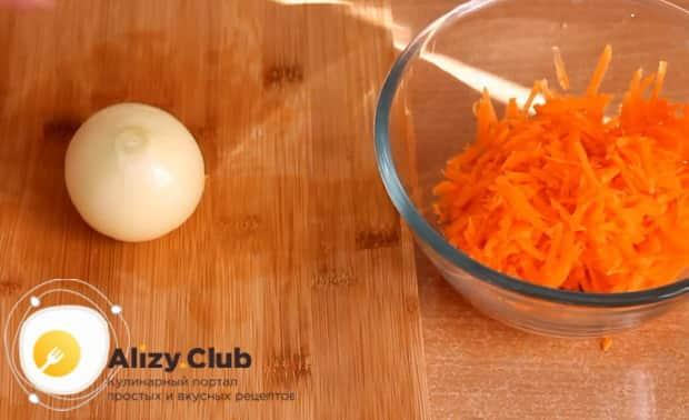 Для приготовления щей из квашенной капусты натрите морковь.