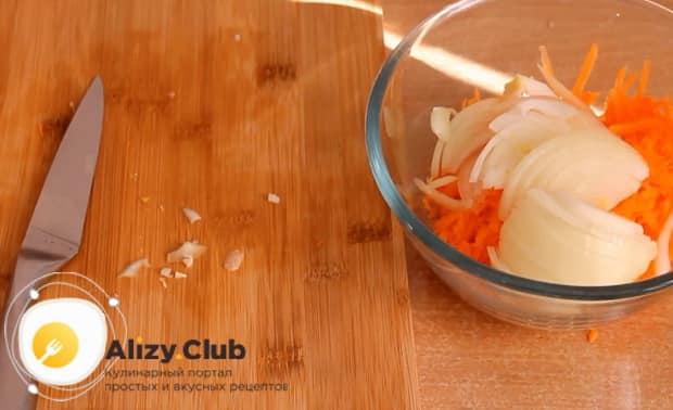 Для приготовления щей из квашенной капусты нарежьте лук.