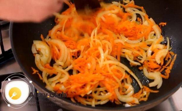 Для приготовления щей из квашенной капусты обжарьте овощи.
