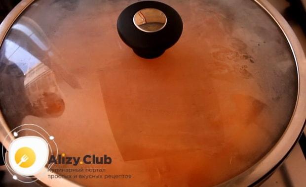 Для приготовления щей из квашенной капусты обжарьте ингредиенты.