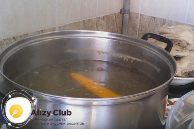 Чтобы приготовить вкусные и сытные щавелевые щи с яйцом по этому простому рецепту, надо сначала сварить бульон.
