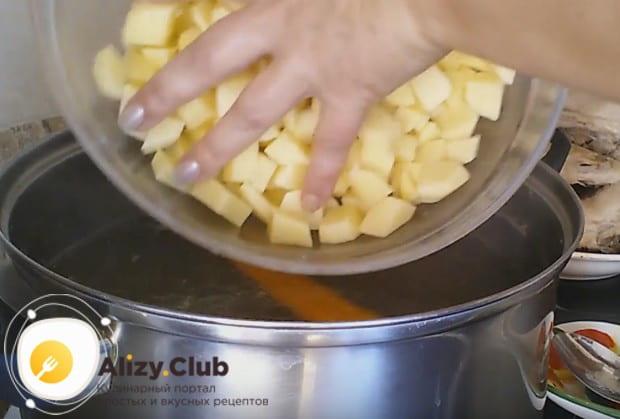 В кипящий бульон выкладываем картошку.