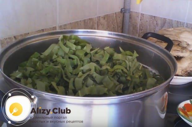 Когда картофель будет практически готов, закладываем в кастрюлю весь нарезанный щавель.