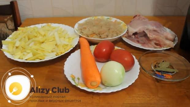 Перед тем как варить щи из квашеной капусты, подготовьте все ингредиенты.