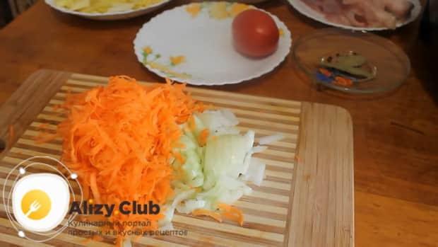 Перед тем как сварить щи из квашеной капусты, нарежьте овощи.