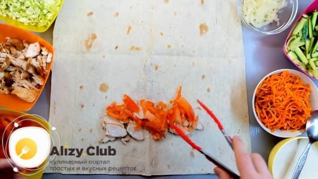 Для приготовления лаваша с корейской морковкой выложите мясо.