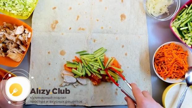 Для приготовления лаваша с корейской морковкой выложите огурцы.