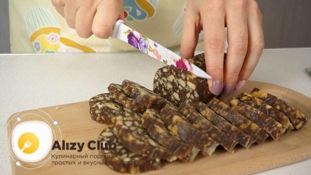Сладкая колбаска из печенья по простому рецепту готова.