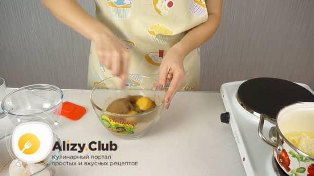 По рецепту. для приготовления колбаски из печенья, соедините ингредиенты.