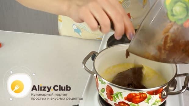 По рецепту. для приготовления колбаски из печенья, соедините ингредиенты для приготовления заливки.