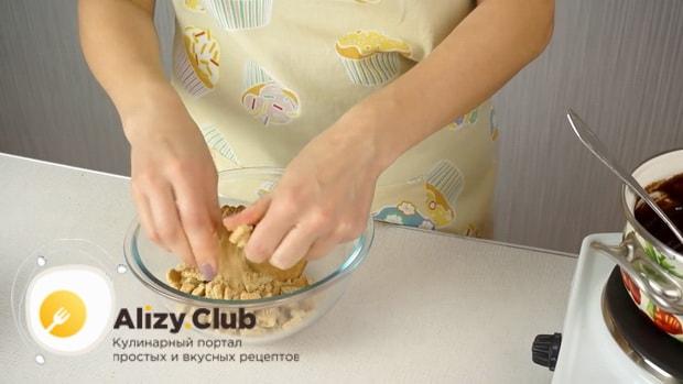 По рецепту. для приготовления колбаски из печенья, измельчите ингредиенты.