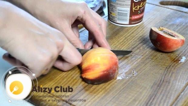 Персики (135 грамм) моем и режем произвольными кусочками
