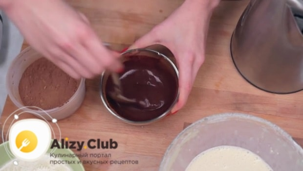 В отдельной посуде смешиваем 65 грамм какао-порошка