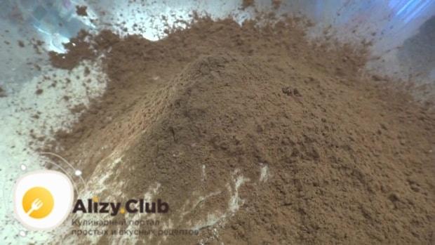В полученную сухую массу всыпаем 95 грамм какао-порошка