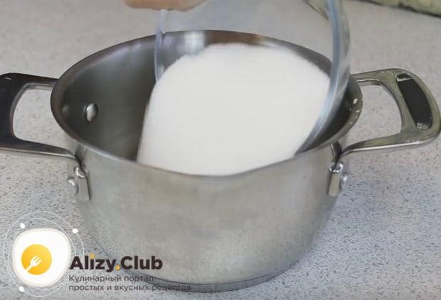 Чтобы приготовить шоколадный бисквит для торта, сразу же смешиваем в кастрюльке какао и сахар.