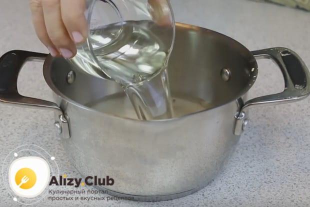 К смеси какао и сахара добавляем воду и растительное масло.