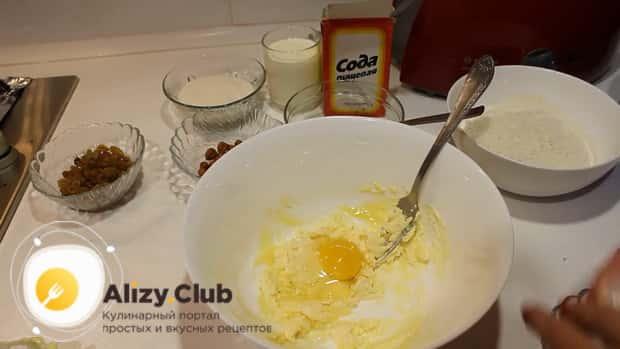 Для приготовления шоколадного кекса на кефире смешайте ингредиенты.