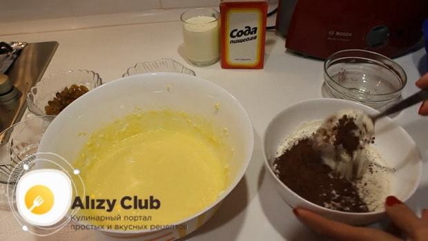 Для приготовления шоколадного кекса на кефире соедините муку и какао.