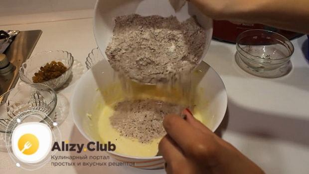 Для приготовления шоколадного кекса на кефире соедините сухие и жидкие ингредиенты.
