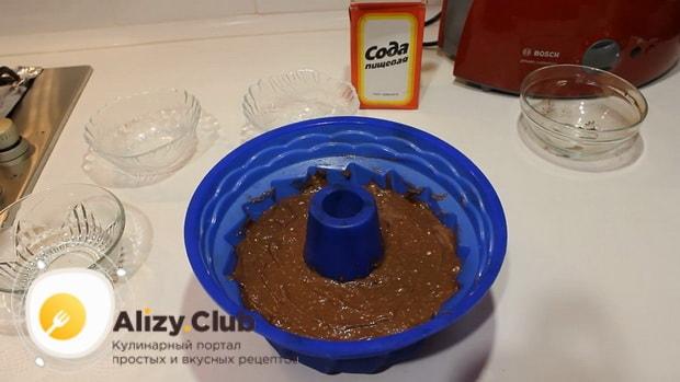 Для приготовления шоколадного кекса на кефире выложите тесто в форму.