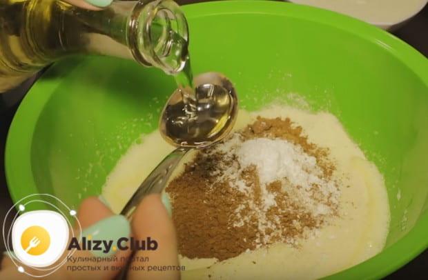 выкладываем в ячиную массу какао, сметану, растительное масло, манку и разрыхлитель.