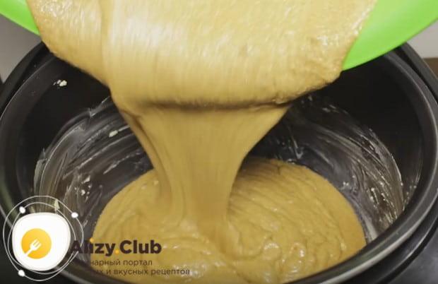Выливаем тесто в смазанную сливочным маслом чашу устройства.