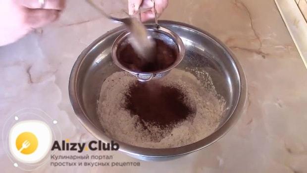 В глубокой миске смешиваем 420 г просеянной муки